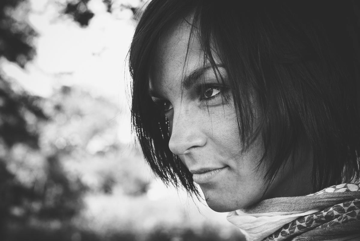 Schwarzweiss-Frauenportrait im Profil