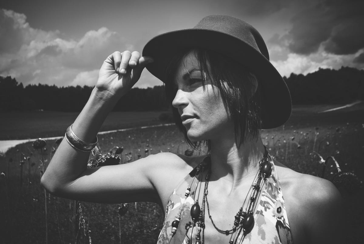 Schwarzweiss-Frauenportrait im Sommer