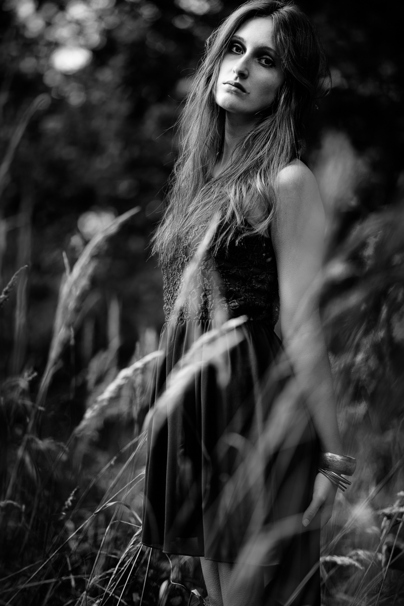 sensual Portraitserie im Herbst junge Frau schwarzweiss