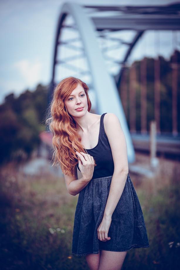 Porträt Frau Rote Haare an einer Brücke