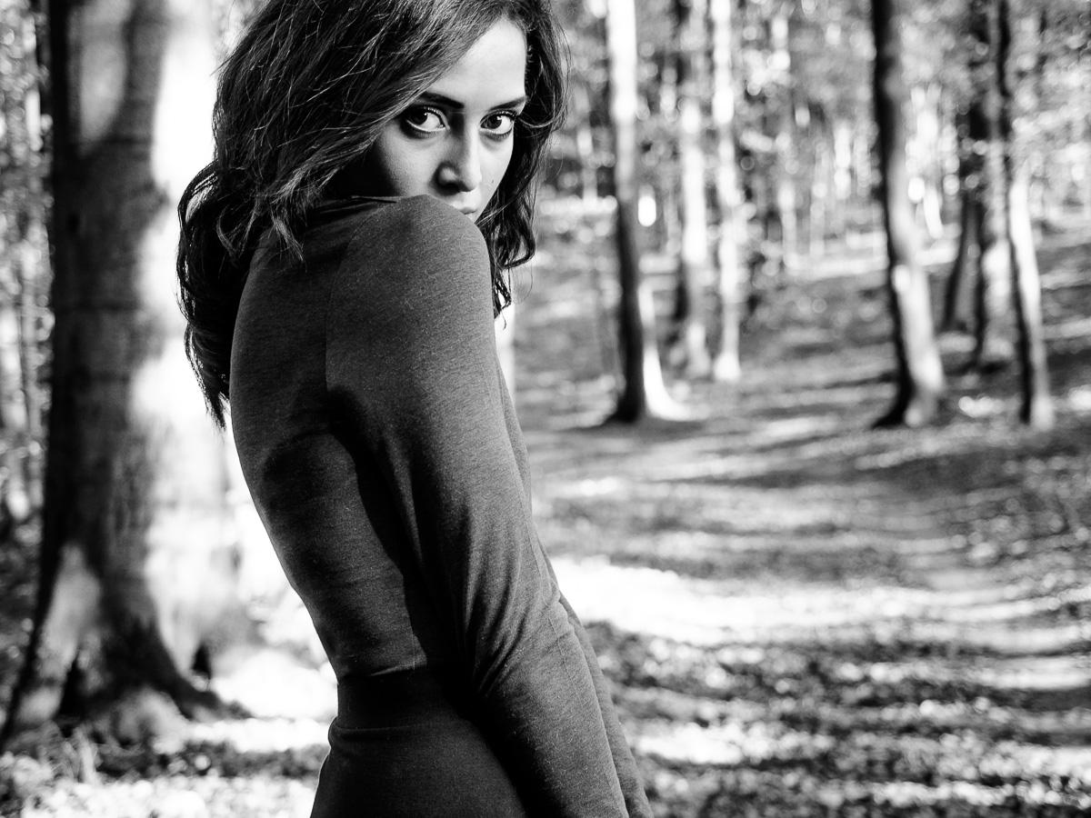 Schwarzweissportrait junge Frau im Wald