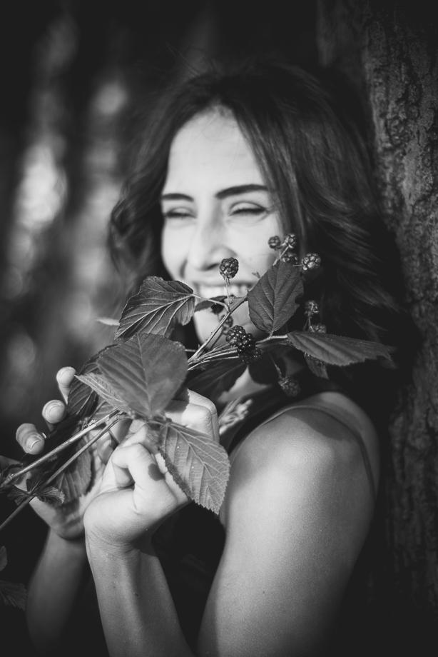 Frauen-Portrait Schwarzweiss im Sommer Brombeeren Baum