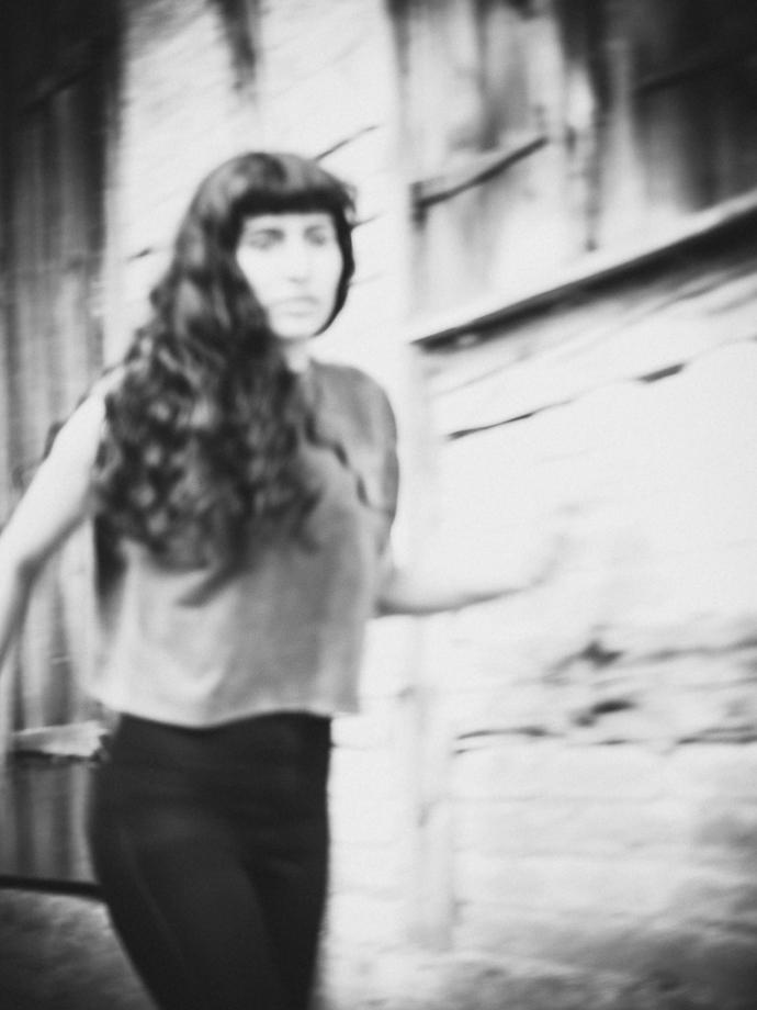 Portrait-Serie Schwarzweiss Thrill Mädchen rennt