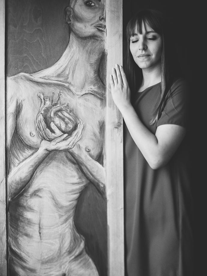 Bild mit Künstlerin schwarzweiss