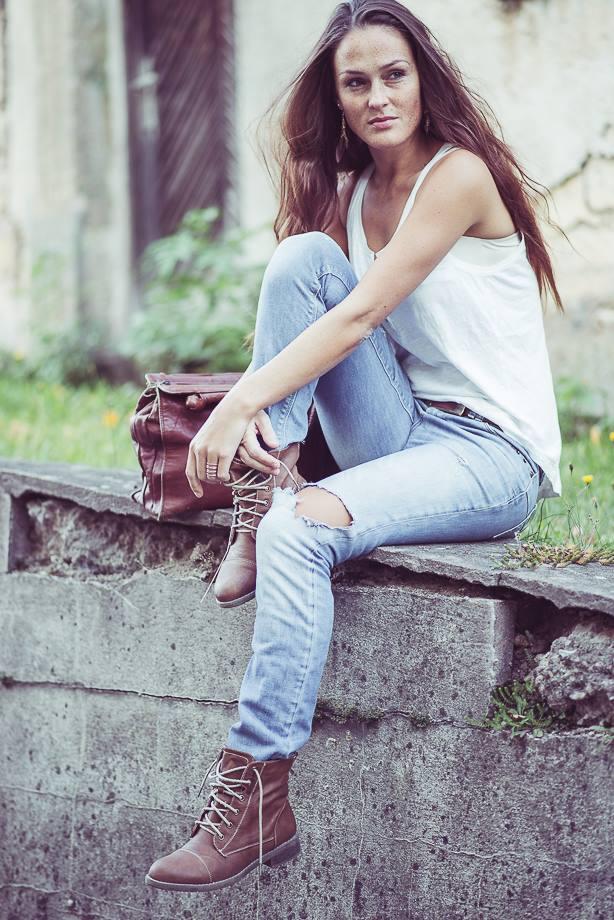 Portrait im Dorf junge Frau